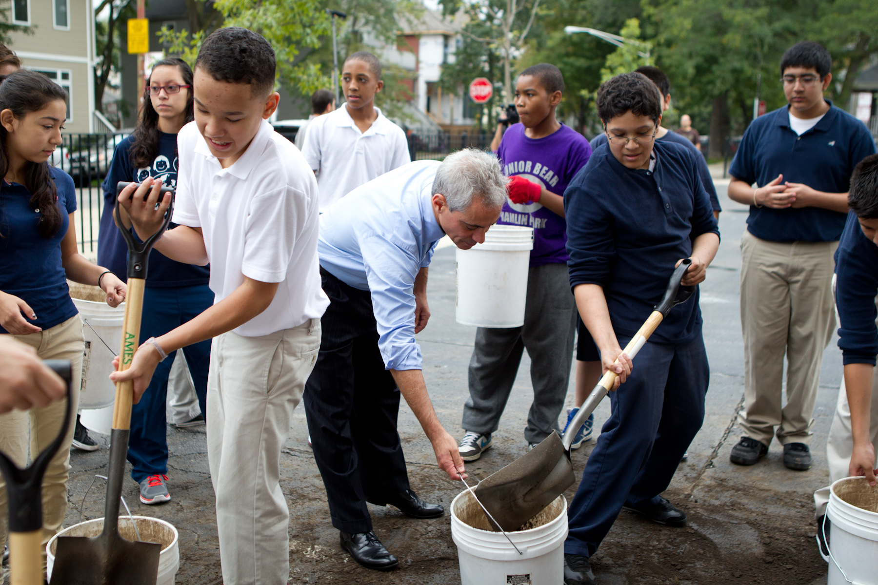 Mayor Emanuel joins students to help build the 75th new learning garden at Friedrich Ludwig Jahn Elementary School.